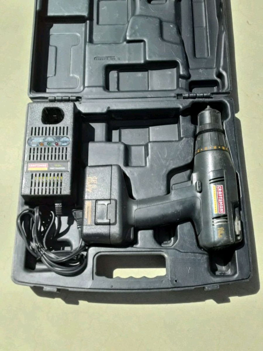 Photo Craftsman Cordless Drill and Charger Tool Set