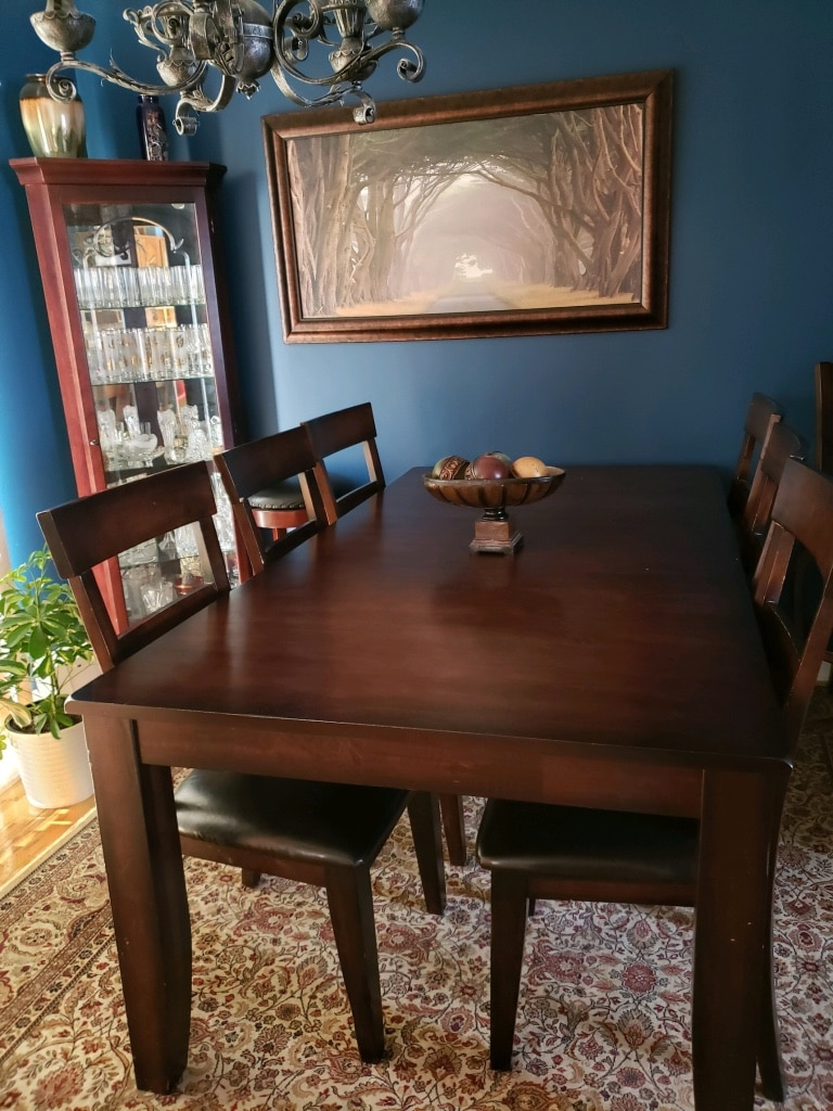 Photo Kitchen table with 6 chairs, rug and corner china