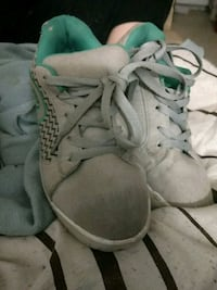 pair of gray low-top sneakers Montréal, H1W 1T1