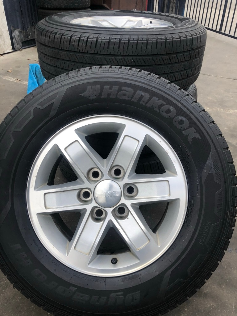 Photo SET OF FOUR 17 CHEVY WHEELS AND TIRES