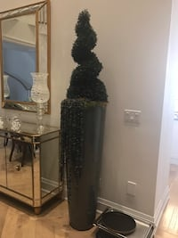 Home decor. 2 faux tree pots. Great condition. Perfect in a dining room or main entrance. Kleinburg, L4H 4N7
