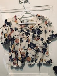Floral short sleeve blouse - size small Ottawa, K1R 5N5