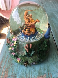 Disney Winnie the Pooh Collectible Snowglobe Columbia, 21045