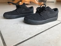 Black Nike sneakers. They have been used but not that much it's in good condition. KIDS SIZE 2