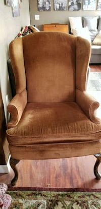 Nice comfy chair (chestnut color) 347 mi