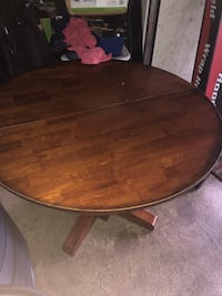 Wooden dining room table: Expandable leaf: hardwood family dinner table! Cresskill, 07626