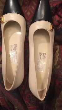 Beige and black leather pointed toe flat shoes New Delhi, 110001