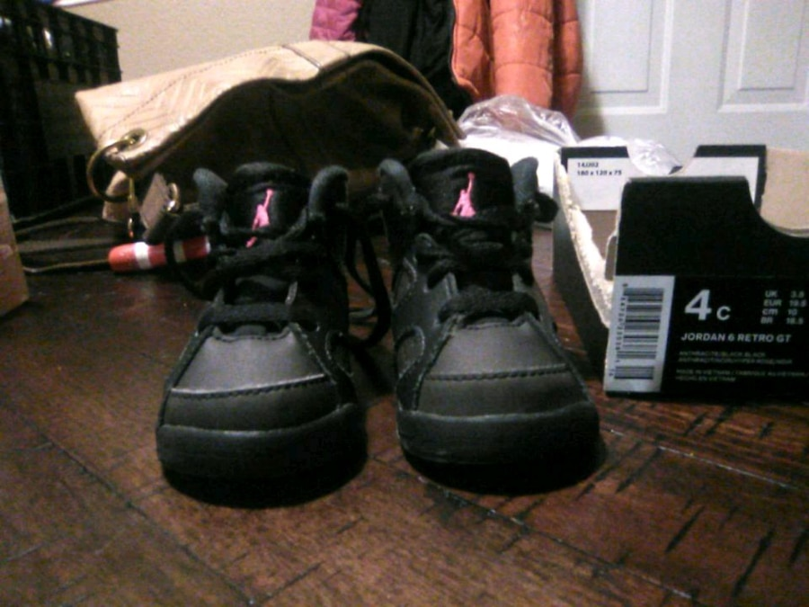 Photo Baby girls black and hot pink Jordan size 4c
