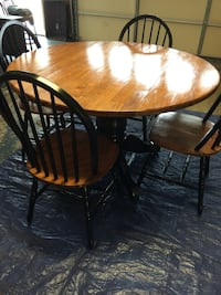 """48"""" round dropleaf table with 4 chairs. Keithville, 71047"""