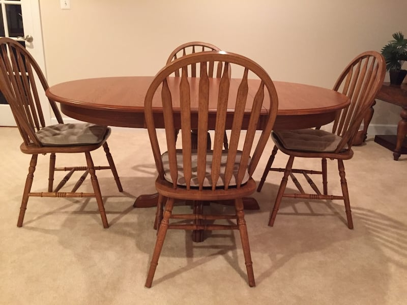 Havertys Dining set. Original price is over $2k. Like new! Solid Oak! 559802b6-2ba4-4901-97d5-f081dd6266fa