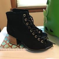 Black ankle boots SIZE 6.5 only used twice.