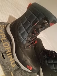 pair of gray-and-black The North Face winter boots Nueva York, 11375