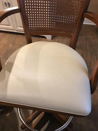 Solid Oak swivel bar stool with cream colored vinyl seat .. excellent quality high end stool Pompton Plains, 07444