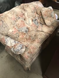 Floral print loveseat… Couch/sofa very comfy Macon, 31216