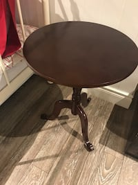 Round wooden pedestal table in excellent condition  Richmond Hill, L4C 5L3