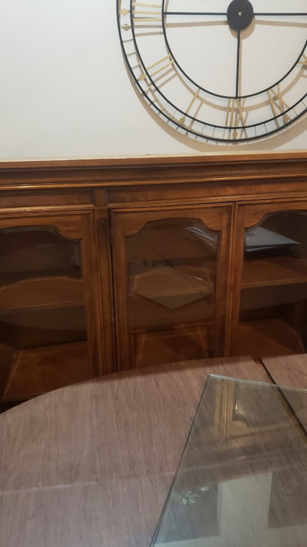 Table chairs and curio and pic 94b6db1f-61b6-4645-a117-1b770f471219