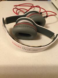 White beats by dr. dre corded headphones (cracked)