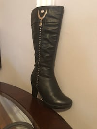Unpaired black leather knee-high boot 216 mi