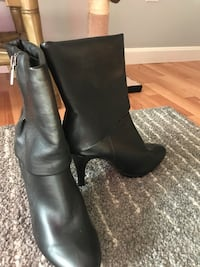 Pair of black leather boots size 8 Newington, 06111