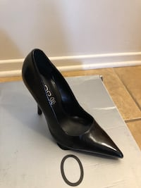 black patent leather pointed-toe pump 729 km