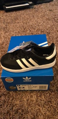 unpaired black and white Adidas low-top sneaker Oklahoma City, 73012