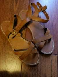 pair of brown leather sandals Centreville, 20121