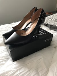 pair of black leather pointed-toe heeled shoes with box