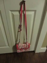 lady guess purse small purse crossbody brand condition $ 40 Coquitlam, V3J 2H6