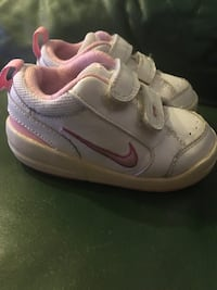 les chaussures Nike blanches et roses du bambin Rives, 38140