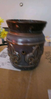 Used mid size scentsy warmer 20w.light bulb  Frederick
