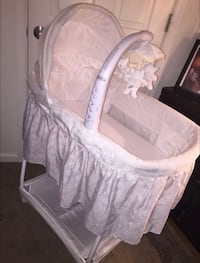 Baby's white bassinet Suitland, 20746