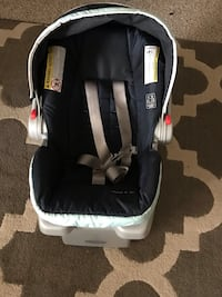 Baby's black and white car seat carrier Alexandria, 22303
