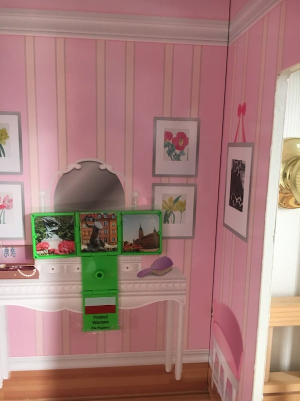 Doll house, perfect size for Barbies 6d8aca31-f4e3-4dfb-8686-f093e48a193d