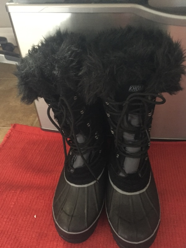 Pair of black leather boots e19abf06-1706-4585-9683-763f7acb8590