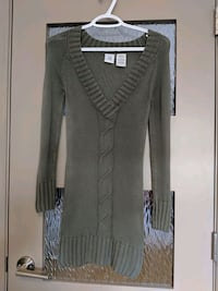Long v-neck green sweater size extra small Calgary, T2E 0B4