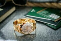 Runde Gold Chronograph Uhr mit Gold Link Band null