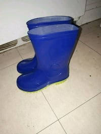 pair of blue rain boots 784 km
