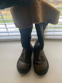 Brown Uggs size 10 Media, 19063
