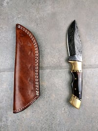 Feathered damascus hunting knife