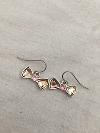 Cute bow earrings Coquitlam, V3B 3W6