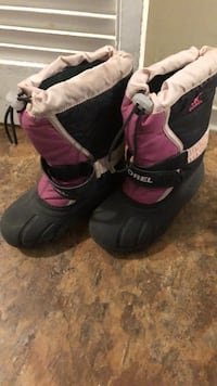 pair of black-and-pink snow boots Toronto, M9B 4A7