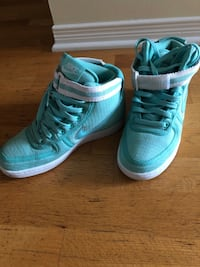 Pair of mint nike high-top sneakers Ottawa, K1G 5R3