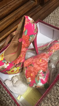 women's pair of pink floral pumps Washington, 20011