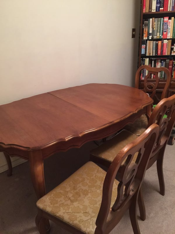 Brown wooden dining table set 8fb27d0e-65ba-47dc-a7be-c3ccbd8ccbd5