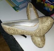 Chaussure or talons plate-forme porter une foi