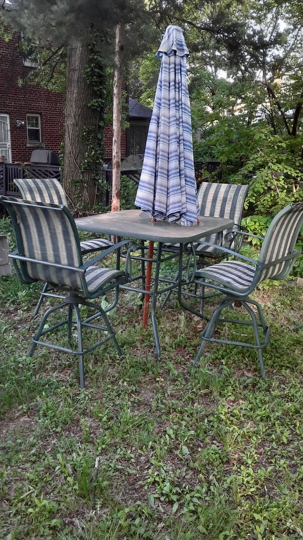 Out door high  patio chairs and table 520e2a41-ae55-432c-8336-c6b73e5860c7