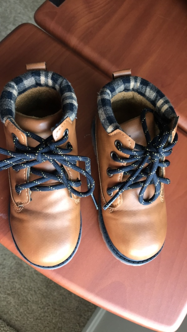 Oshkosh boy's winter shoes size 8 wore only once