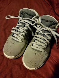 Jordan's shoes gray and white size 8