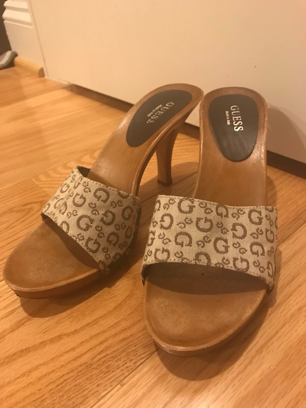 GUESS wooden sandal size 9