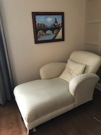 Lounge chair for bedroom , reading chair ,52 inches long by 34 inches wide in good condition  Dollard-des-Ormeaux, H9G 1X2